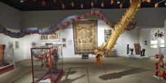 11_Ausstellungsansicht mit kostbarem Wandteppich aus dem Kaiserpalast Peking
