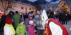 der Nikolaus besucht den Weihnachtsmarkt